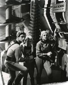 Buster Crabbe como Buck Rogers en una escena junto a Jackie Moran y a Constance Moore
