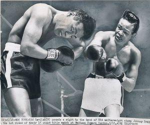 Gavilán golpea a Johnny Bratton en pelea por el título de los Welter