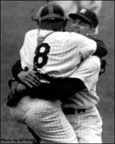 El receptor Yogi Berra salta y abraza a Don Larsen una vez consumado el out 27 y el juego perfecto.