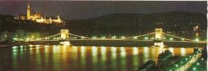 Vista nocturna de Budapest, a la izquierda en lo alto el Castillo de Buda