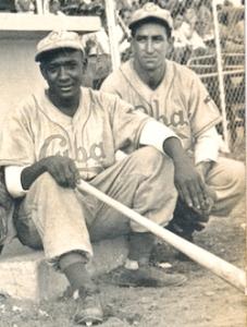 Conrado Pérez, detrás del pelotero aparece el estelar lanzador Adrián Zabala en 1947-48 vistiendo la franela del Cuba de la Federación Cubana de Béisbol