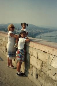 Mi esposa Miriam y mis dos entonces pequeñas hijas en la Ciudadela (agosto 1991)