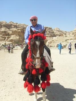 El autor en la visita a Petra