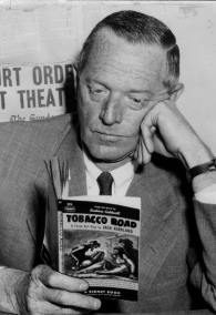 Erskine Caldwell lee su obra La ruta del tabaco
