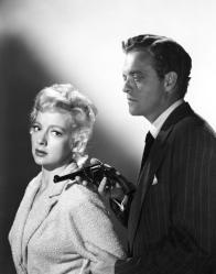Van Heflin y Evelyn Keyes en una escena de El Merodeador (1951)