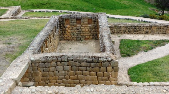 casa de familia noble cañari con muro de diseño inca.