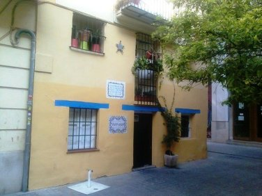 Casa donde vivió Martí en su infancia en Valencia, España, las estrellas en la pared muestran gran grado de oxidación y dentro de ella vive una persona, cuando podría ser un pequeño museo