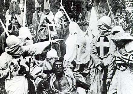 Escena con el KKK en acción del filme El nacimiento de una nación (1915)
