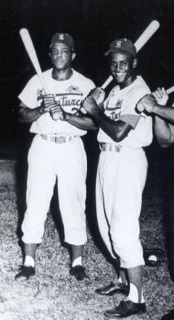 Willie Mays (izq.) y Roberto Clemente con los Cangrejeros de Santurce