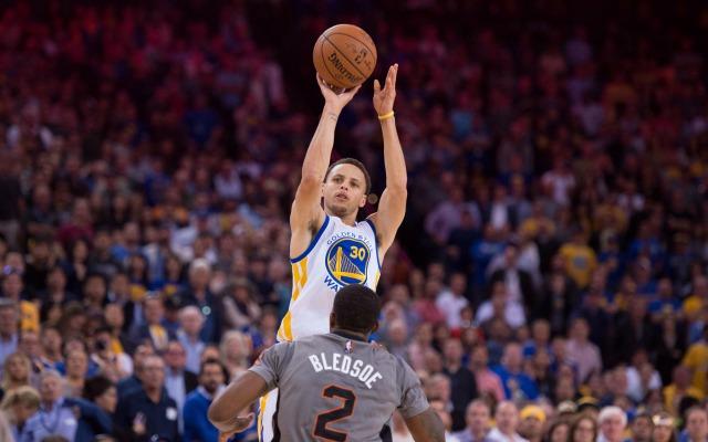 Curry lanzando un triple