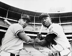 Eddie Mathews (z) y Hank Aaron