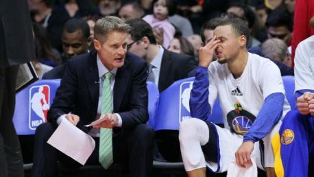 Steve Kerr (der.) junto a Stephen Curry en un descanso de un juego