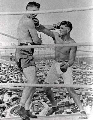 Dempsey (der.) golpea al gigante Willard