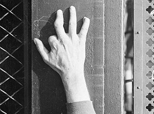 Mano de Mordecai con los tres dedos