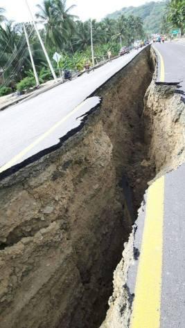 Una vía agrietada después del terremoto