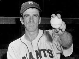 Carl Hubbell muestra el agarre para lanzar la screw ball