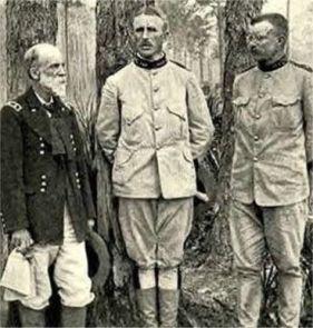 Los jefes de los Rough Riders, de izq. a der. Joseph Wheeler, Leonard Wood y Theodore Roosevelt