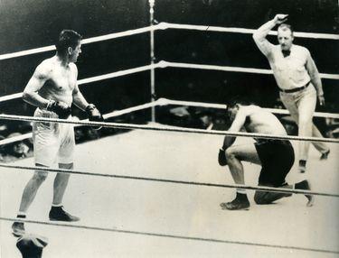 Tunney observa a Dempsey tumbado en el octavo round de la revancha en 1927