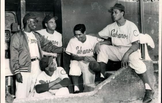Davalillo a la derecha sin gorra y al lado del receptor Enrique Izquierdo en los Cubans