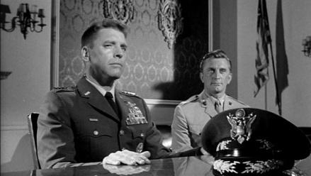 Lancaster prepotente y amenazador al lado de Kirk Douglas, sensato y fiel a la constitución
