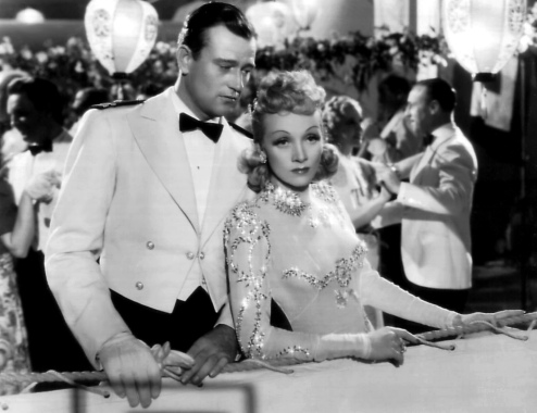 Marlene Dietrich con John Wayne en Siete Pecadores