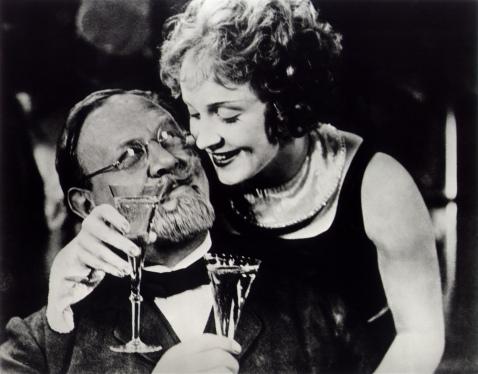 Marlene Dietrich y Emil Jannings en una escena del Ángel Azul