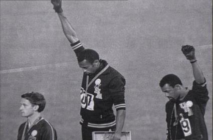 Tommie Smith y John Carlos en la premiación de los 200 m en M