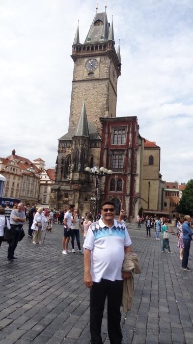 El autor en la torre con reloj astronómico.jpg