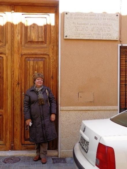La esposa del autor en la casa natal de Nino Bravo