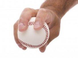 Agarre de la bola para lanzar la recta de cuatro costuras
