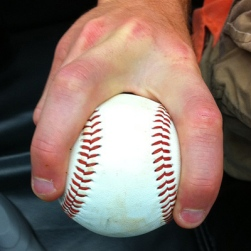 El agarre de la pelota para lanzar la split finger