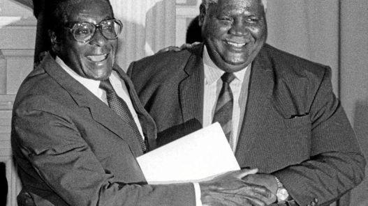 Mugabe (izq) y Nkomo hacen las paces en 1987