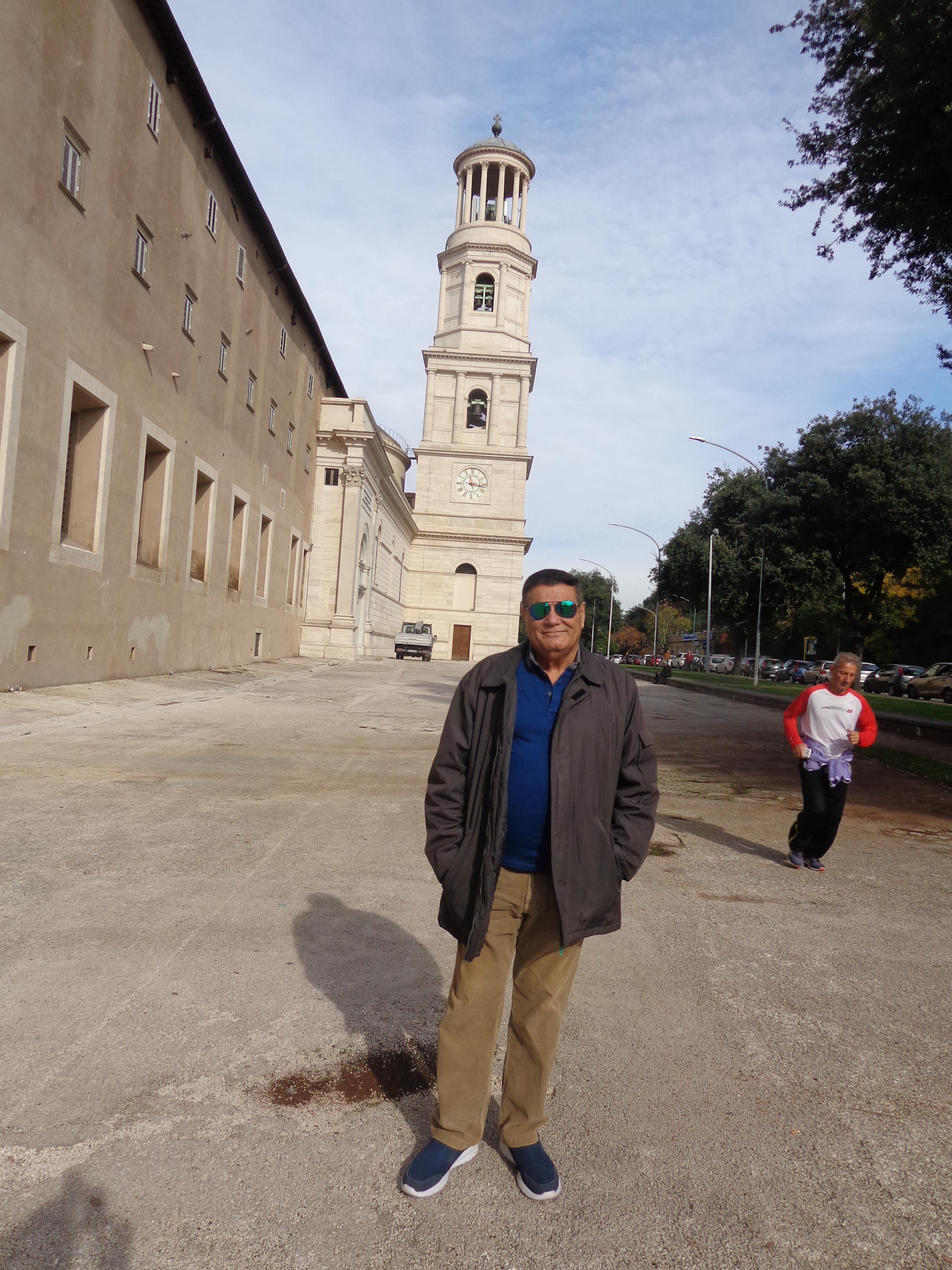 Parte lateral de la Basílica y Campanario