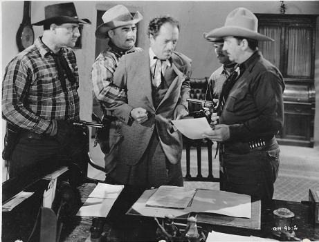 Curly Dresden sujeta a I. Stanford Jolley en una escena de Border Roundup