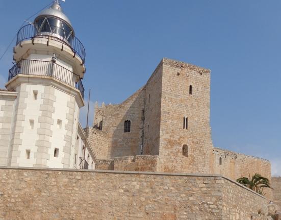 Faro de Peñíscola sobre el castillo