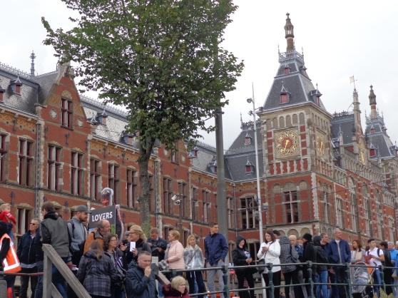 Filas de turistas en canal aledaño a la Estación Central de Ámsterdam. Foto del autor