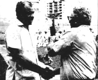 Ledo recibe de Napoléon Quevedo el trofeo como vencedor del certamen