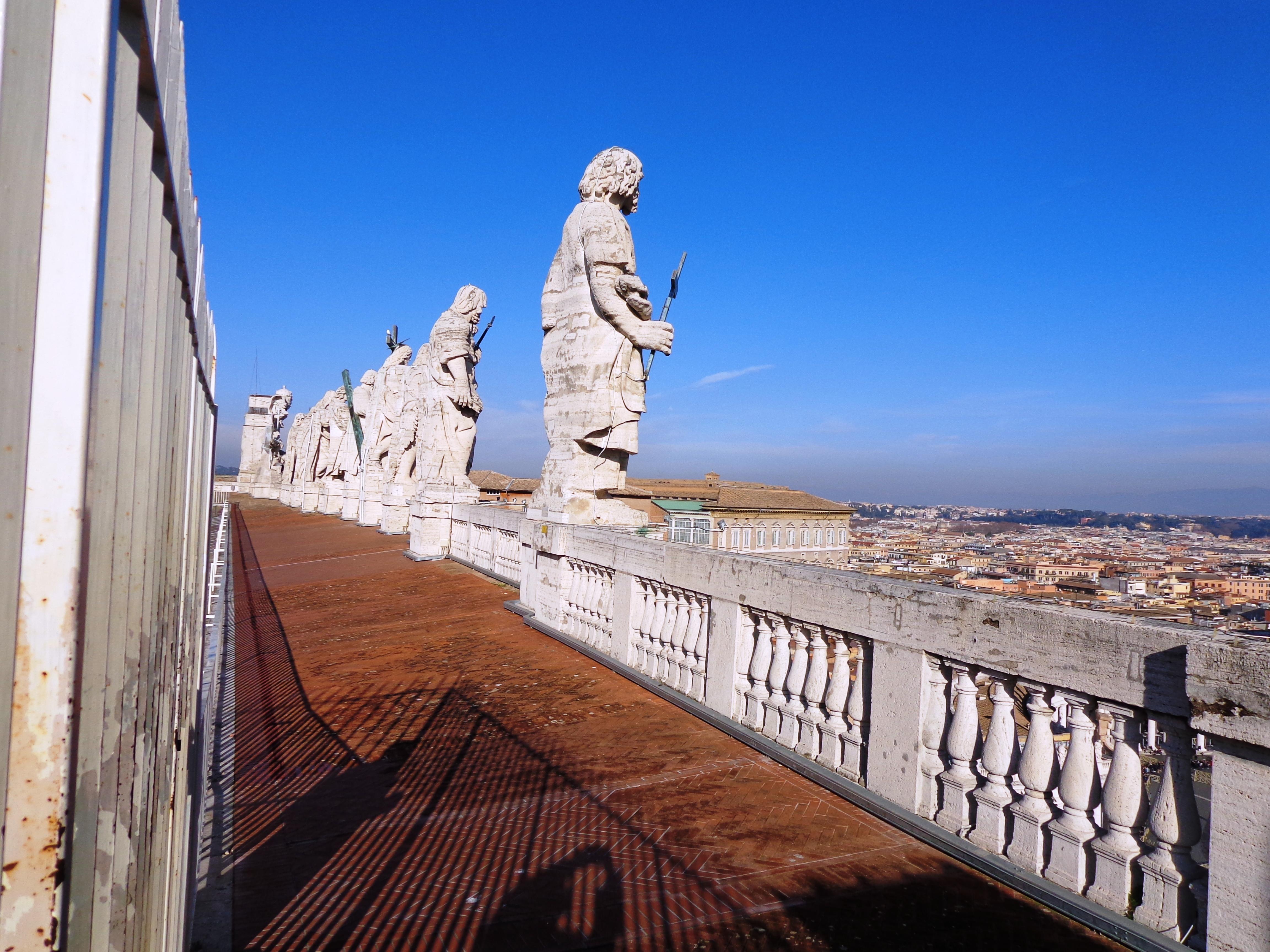 Fila de los once apóstoles en San Pedro