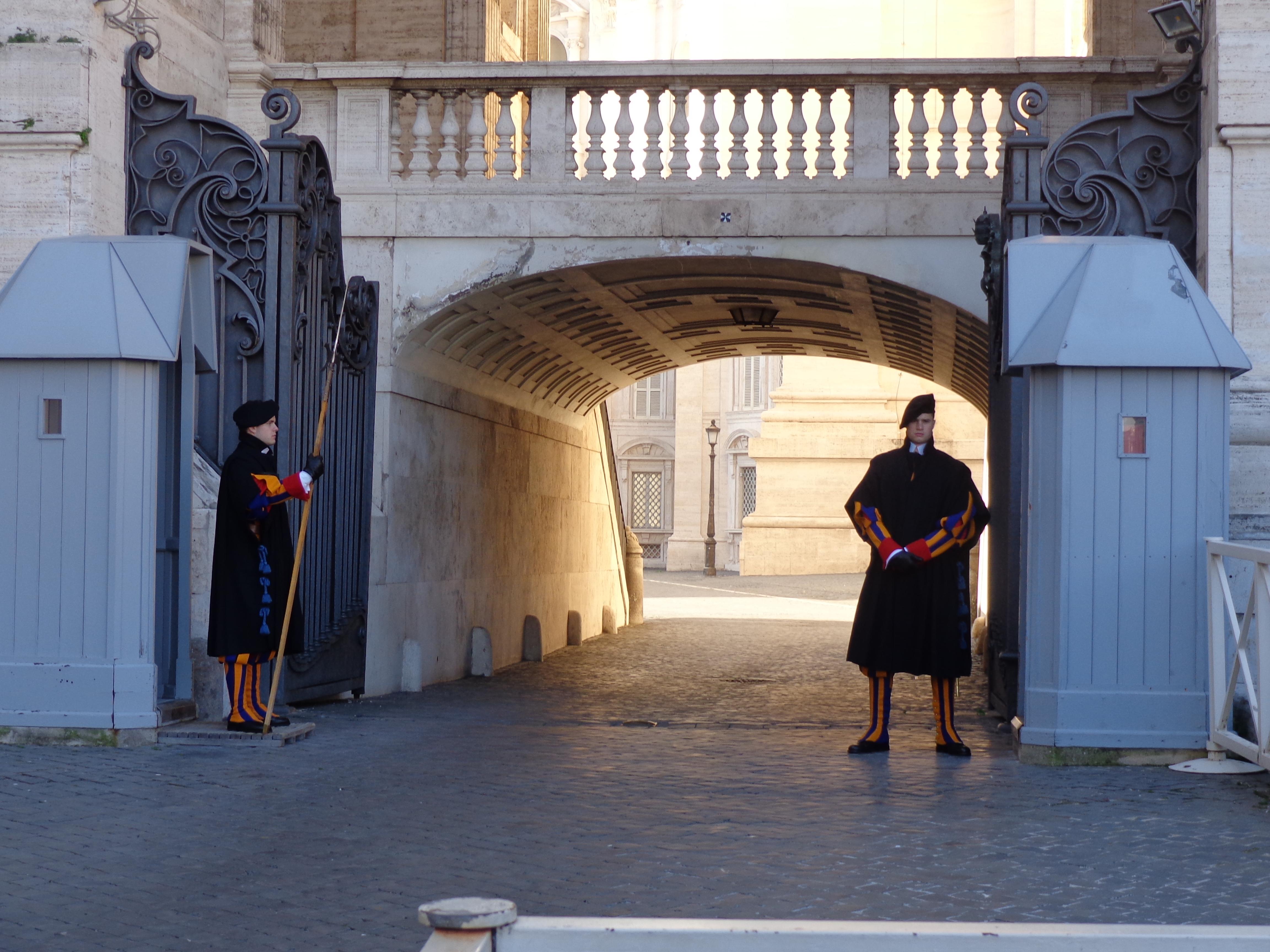 Guardia Suiza en la entrada izquierda de San Pedro en el Vaticano 2