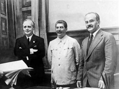 Stalin en el centro, Ribbentrop a la izq y Molotov a la der.
