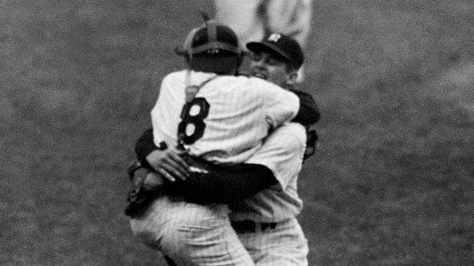 Y llegó el out 27, Yogi Berra abraza a Don Larsen