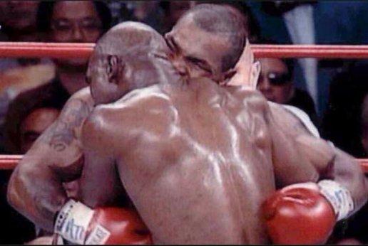 Tyson muerde a Holyfield