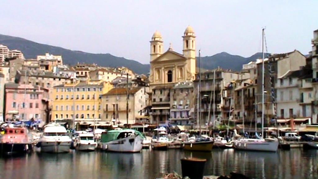 Embarcadero de lanchas en puerto de Bastia