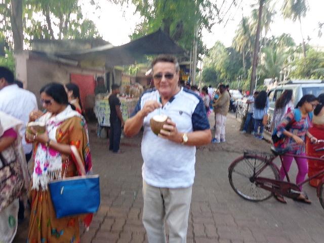 El autor saboreando agua de coco