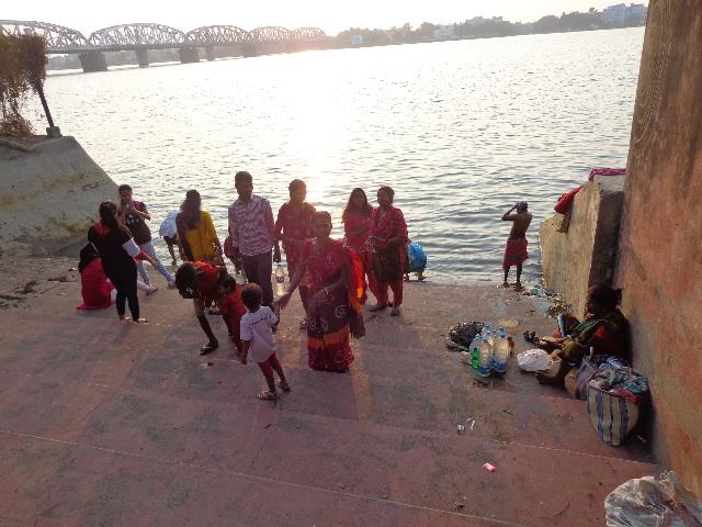 La población se santigua en el río Hugli